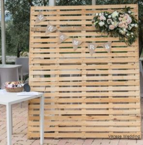 wedding photobooth wood palletts and flowers arrangement